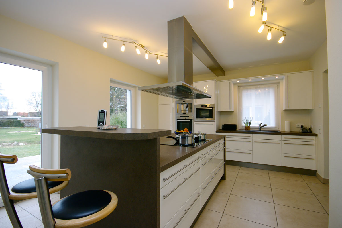 Küche mit großer Kochinsel und Theke – Bäumel Gmbh