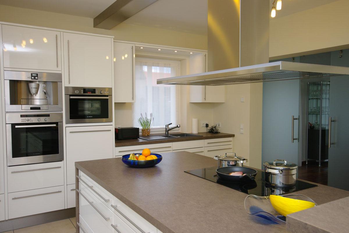 Küche mit großer Kochinsel und Theke - Bäumel Gmbh